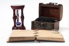 Le rétro journal intime antique bondissent avec la corde et le sablier avec le ri d'or Photographie stock libre de droits