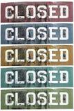 Le rétro métal fermé signe dans différentes couleurs Photographie stock libre de droits