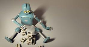 Le rétro robot joue avec les cubes en bois en ABC sur le floore rendu 3d Image libre de droits