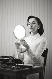 Femme d'affaires vérifiant son maquillage photos libres de droits