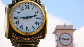 Le rétro style synchronise décorer la place de vieux parc et de ville centrale, mesurant le temps banque de vidéos