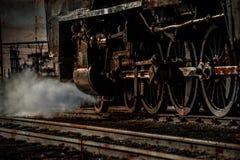 Le rétro train de vapeur roule allumer la voie de chemin de fer avec la vapeur Images libres de droits