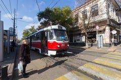 Le rétro tram arrive à l'arrêt du transport en commun dans Krasnodar, Image stock