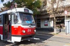 Le rétro tram arrive à l'arrêt du transport en commun dans Krasnodar, Images stock