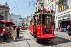 Le rétro tram se déplace le long d'une rue occupée d'Istiklal dans Istambul Images stock
