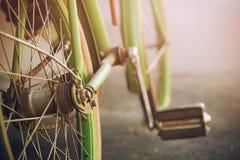 Le rétro vélo vert, s'est rouillé avec du temps images stock