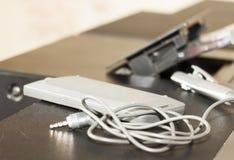 Le rétro vieux magnétophone à cassettes par radio de 80s et la menthe d'avant d'écouteurs verdissent le fond Photo filtrée par st Image stock