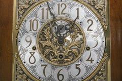 Le rétro visage élégant d'or d'horloge remet la montre Images stock