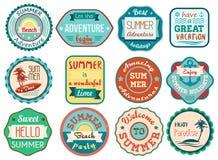 Le rétro voyage grunge de vacances d'été de vintage marque et badges des icônes d'autocollants réglées Image libre de droits