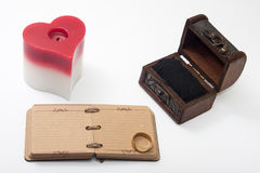 Le rétros journal intime et bougie antiques au coeur forment Photo libre de droits