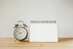 Le réveil et le papier se connectent la table en bois Ton de vintage Photos libres de droits