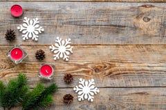 Le réveillon de Noël avec les branches impeccables, les jouets et les cônes de pin sur le fond en bois complètent la maquette de  Photos stock