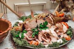 Le rôti de porc a servi avec les pommes cuites au four et a rôti des légumes, repas traditionnel de dîner de déjeuner de dimanche Photos libres de droits