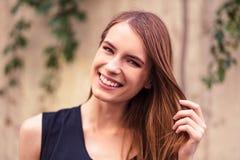 Le rörande hår för attraktiv flicka Royaltyfri Foto