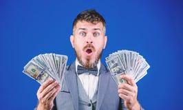 Le r?sultat a surpass? tous ses espoirs Homme barbu tenant l'argent d'argent liquide Homme d'affaires riche avec billets de banqu photographie stock libre de droits