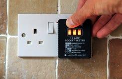 Le R-U appareil de contrôle de douille de 13 ampères montrant la prise fonctionnant correctement Photo libre de droits