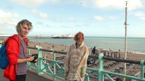 Le R-U, Brighton Jeunes couples de hippie prenant la photo sur les amants, la femme et l'homme heureux de côte voyageant des vaca banque de vidéos
