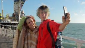 Le R-U, Brighton Les beaux jeunes couples posent ensemble pour le selfie Amants heureux voyageant des vacances sur apprécier d'oc clips vidéos