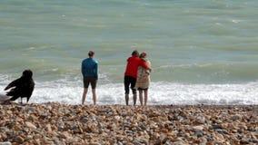 Le R-U, Brighton Les jeunes couples et une jeune femme sont sur le rivage de l'Océan Atlantique Un couple étreint, une fille se t clips vidéos