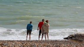 Le R-U, Brighton Touriste de trois jeunes des vacances d'été se tenant sur la plage près de l'eau de l'Océan Atlantique Le type clips vidéos