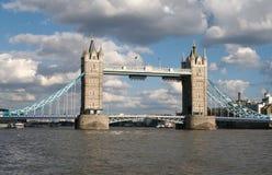 Le R-U, Londres, passerelle de tour image libre de droits