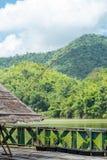 Le radeau en bois dans les réservoirs d'eau et les Mountain View image libre de droits