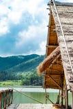 Le radeau en bois dans les réservoirs d'eau et les Mountain View photo libre de droits