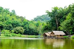Le radeau en bois dans les réservoirs d'eau et les Mountain View image stock