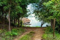 Le radeau en bois dans les réservoirs d'eau et les Mountain View photographie stock libre de droits
