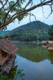 Le radeau en bois dans les réservoirs d'eau et les Mountain View photographie stock