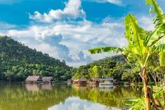 Le radeau en bois dans les réservoirs d'eau et les Mountain View photos stock