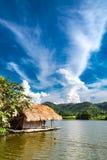 Le radeau en bois dans les réservoirs d'eau et les Mountain View images libres de droits
