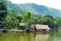Le radeau et le pont en bois en bois dans les réservoirs d'eau photos libres de droits