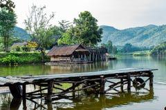 Le radeau et le pont en bois en bois dans les réservoirs d'eau photo libre de droits