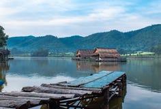 Le radeau et le pont en bois en bois dans les réservoirs d'eau photographie stock