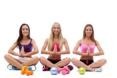 Le ragazze adorabili hanno praticato la forma fisica in studio Immagini Stock Libere da Diritti