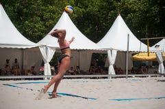 Le ragazze alla spiaggia volley nella città durante le vacanze estive Fotografie Stock