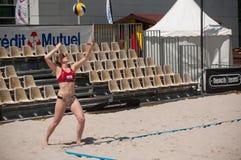 Le ragazze alla spiaggia volley nella città durante le vacanze estive Immagine Stock Libera da Diritti