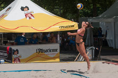 Le ragazze alla spiaggia volley nella città durante le vacanze estive Immagini Stock Libere da Diritti