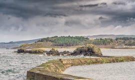 Le ragazze antiche Scozia delle difese della parete e di mare del porto Fotografia Stock Libera da Diritti