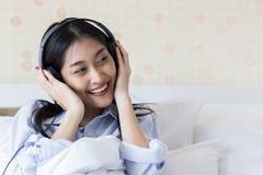 Le ragazze asiatiche sono musica d'ascolto Fotografie Stock Libere da Diritti