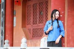 Le ragazze cinesi asiatiche indossano i vestiti dello studente in Repubblica Cinese Fotografie Stock