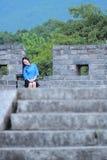 Le ragazze cinesi asiatiche indossano i vestiti dello studente in Repubblica Cinese in una città antica Immagine Stock