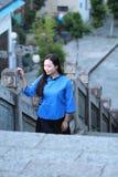 Le ragazze cinesi asiatiche indossano i vestiti dello studente in Repubblica Cinese in una città antica Immagini Stock Libere da Diritti
