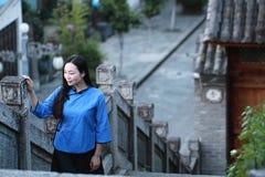 Le ragazze cinesi asiatiche indossano i vestiti dello studente in Repubblica Cinese in una città antica Fotografie Stock