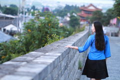 Le ragazze cinesi asiatiche indossano i vestiti dello studente in Repubblica Cinese in una città antica Fotografia Stock Libera da Diritti