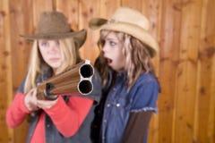 Le ragazze con il fucile da caccia hanno indicato uno sorprese Fotografia Stock Libera da Diritti