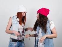Le ragazze dei pantaloni a vita bassa di bellezza con cuffie, adolescenti ascoltano musica Ragazze della discoteca Fotografia Stock