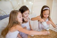 Le ragazze del bambino svegliano nel suo letto nella mattina di natale Immagine Stock