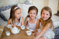 Le ragazze del bambino svegliano nel suo letto nella mattina di natale Immagini Stock Libere da Diritti
